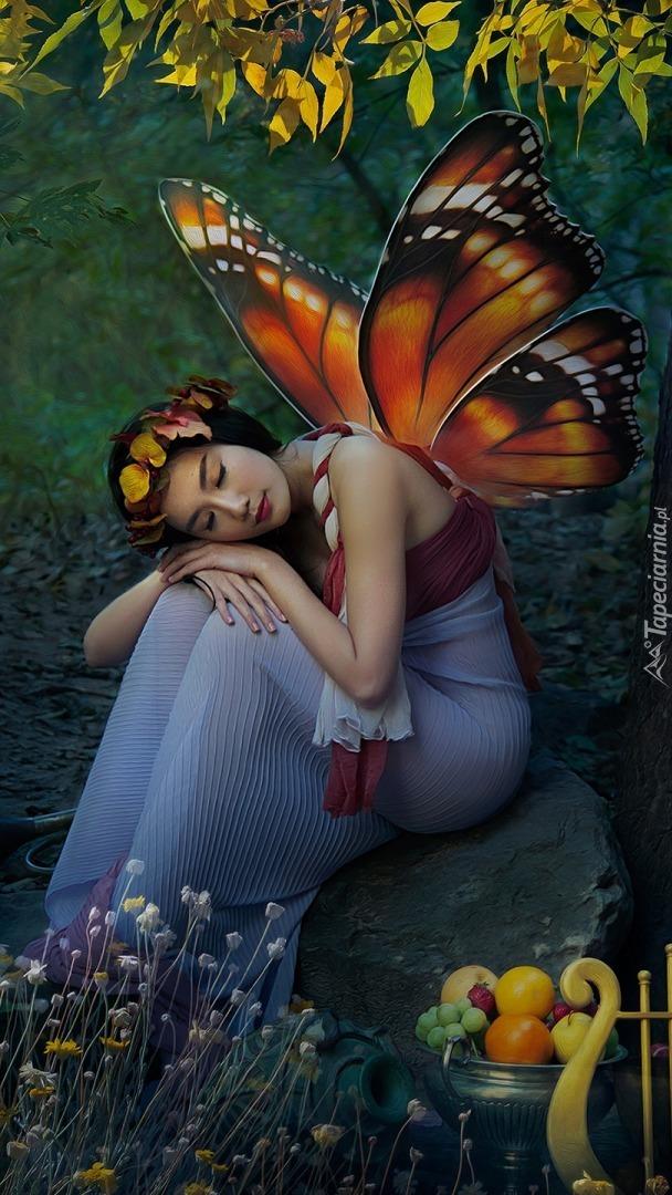 Dziewczyna ze skrzydłami motyla