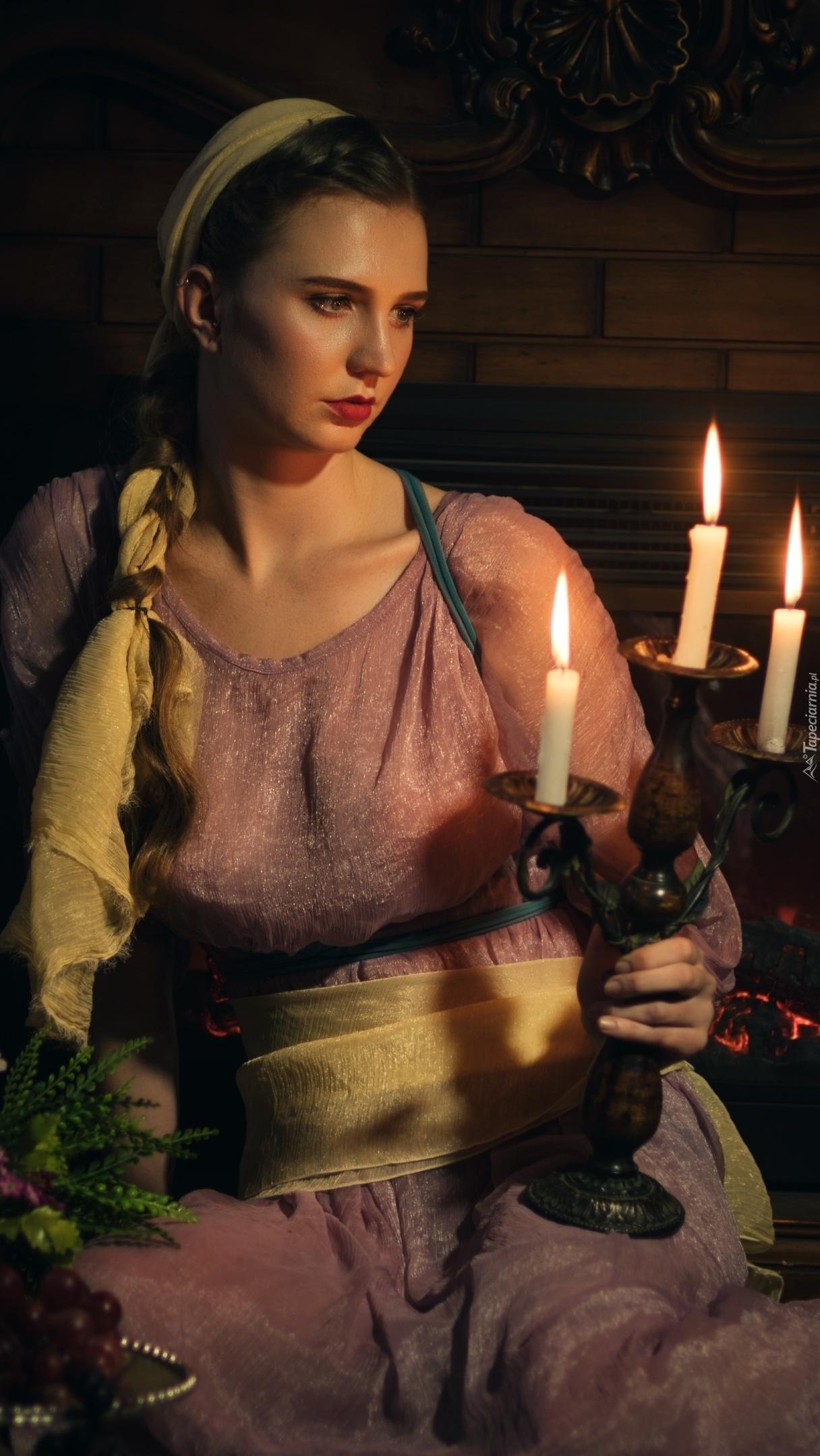 Dziewczyna ze świecznikiem