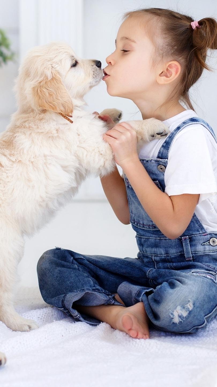 Dziewczynka całująca szczeniaka