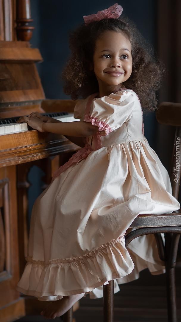 Dziewczynka grająca na pianinie