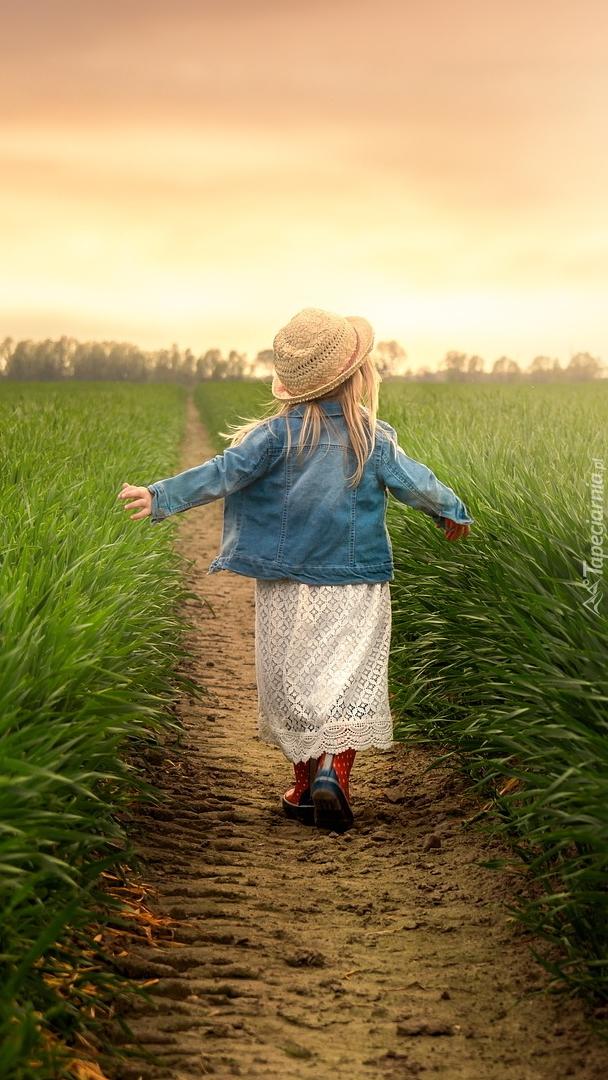 Dziewczynka na ścieżce wśród pól
