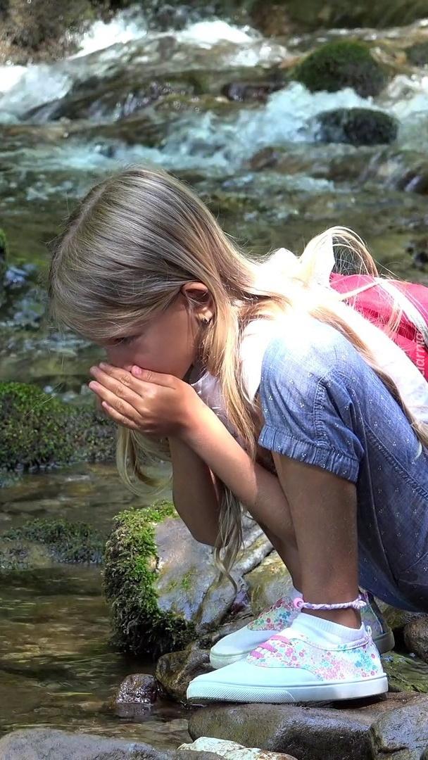 Dziewczynka nad rzeką