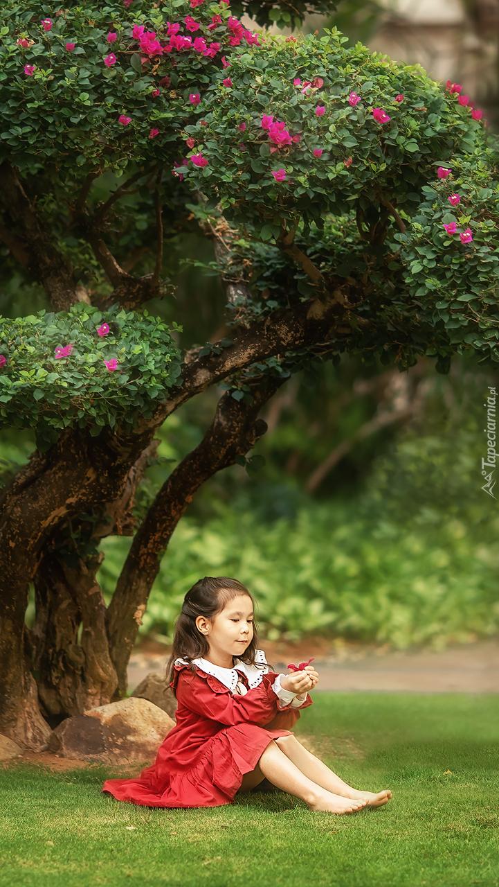Dziewczynka pod drzewem
