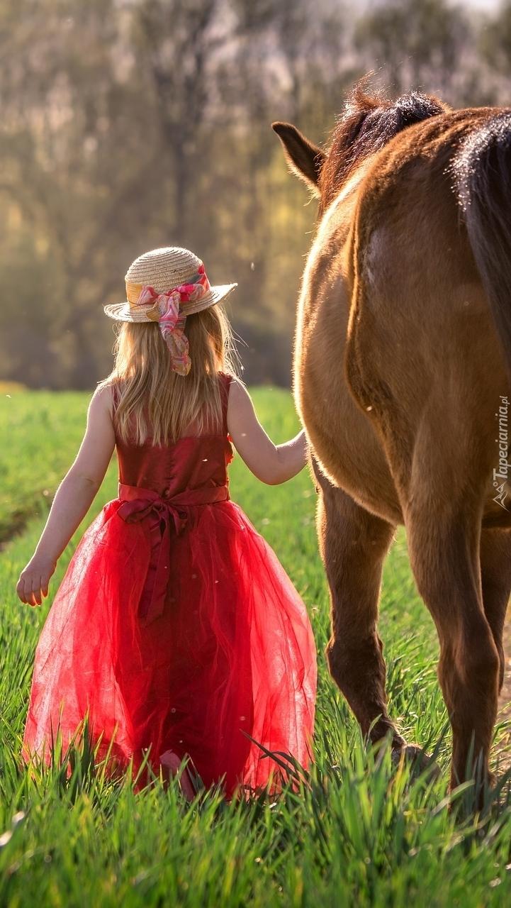 Dziewczynka prowadząca konia