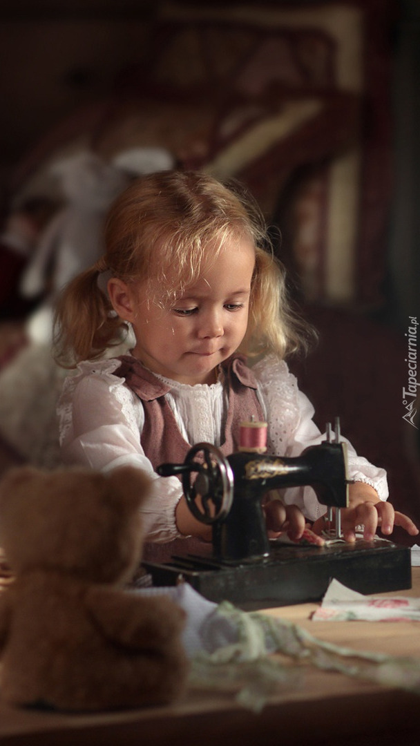 Dziewczynka przy maszynie do szycia