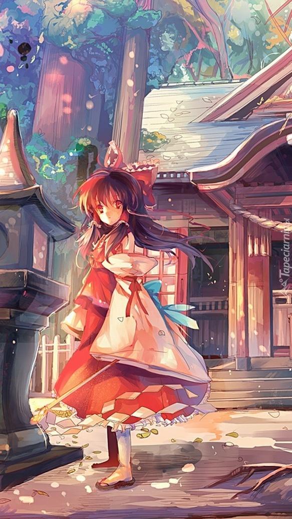 Dziewczynka stojąca przed domem