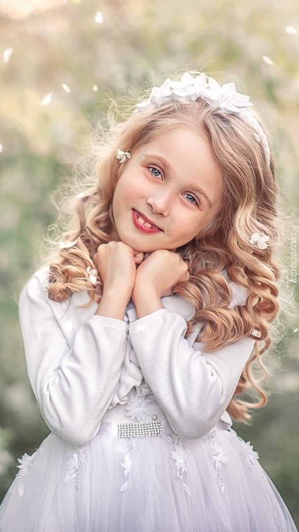 Dziewczynka w białej sukience