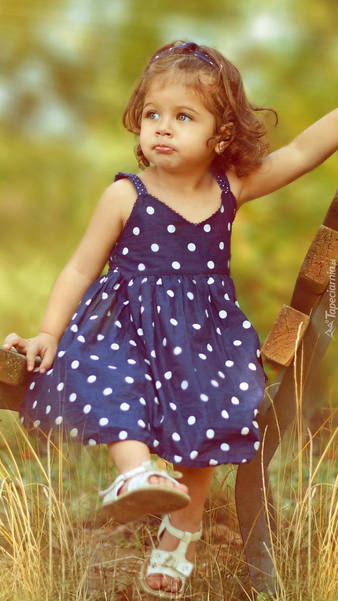 Dziewczynka w granatowej sukience