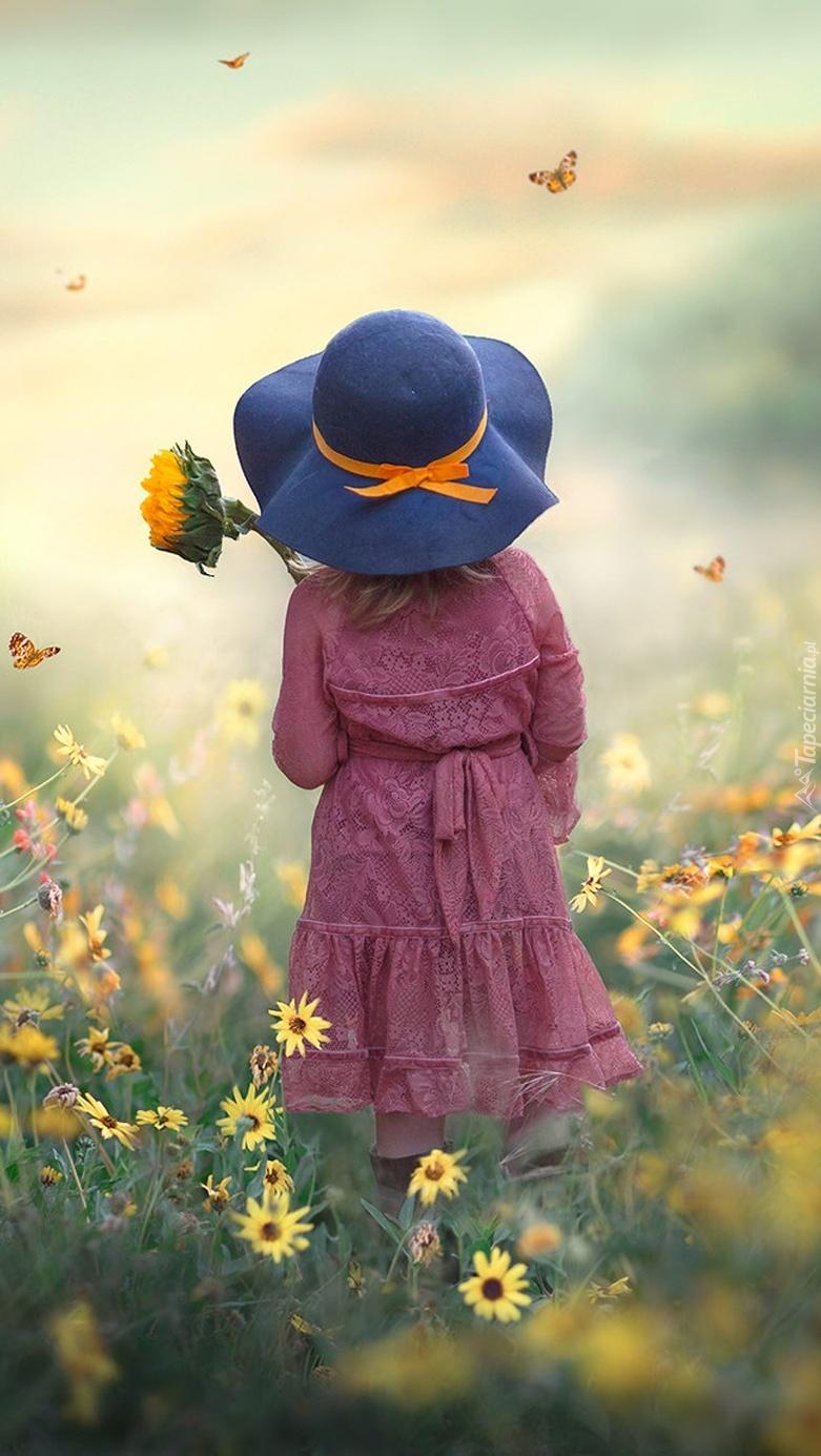 Dziewczynka w kapeluszu na łące