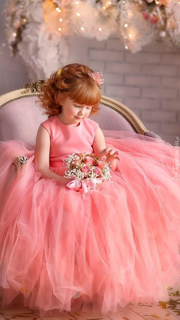 Dziewczynka w różowej sukni