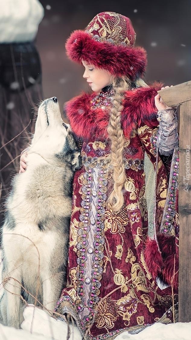 Dziewczynka w stroju książęcym z psem
