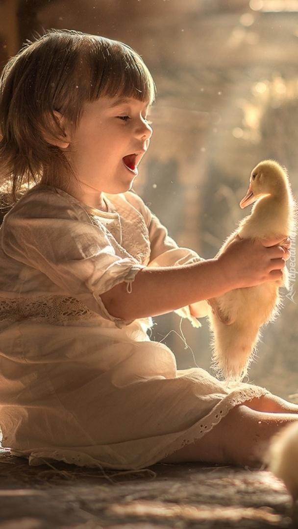Dziewczynka z kaczuszką