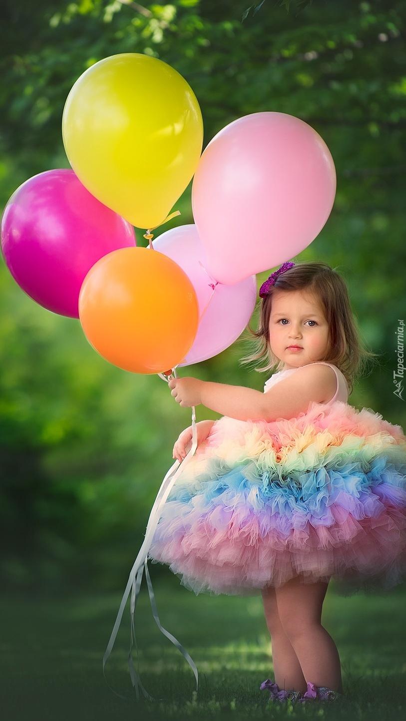Dziewczynka z kolorowymi balonami