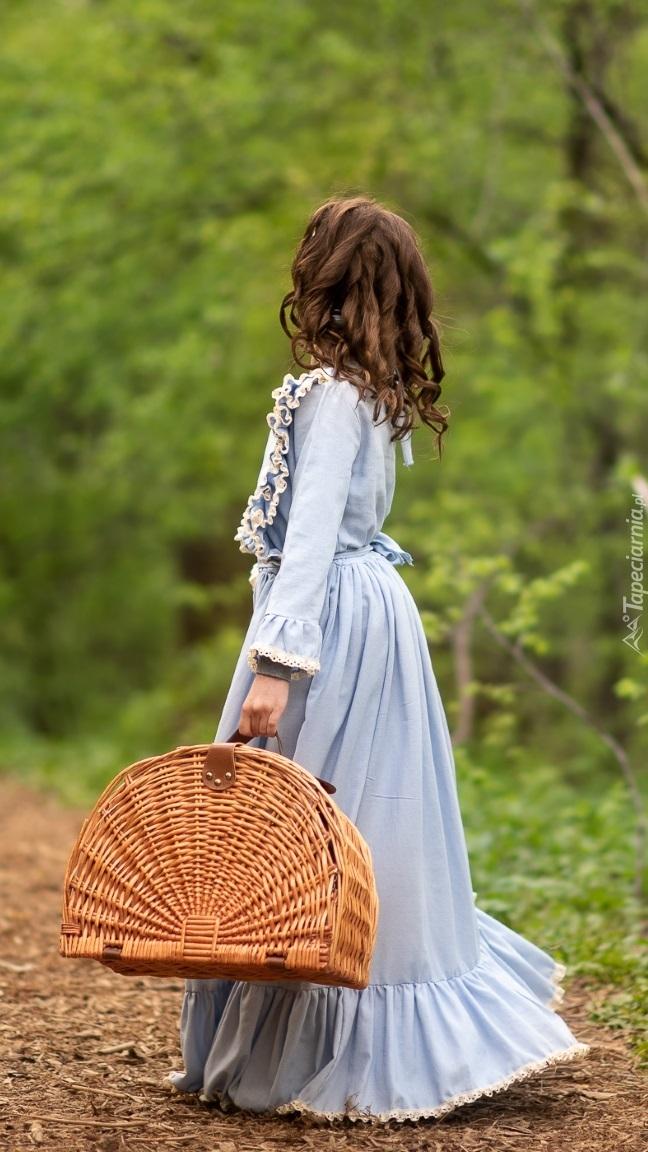 Dziewczynka z koszykiem na ścieżce