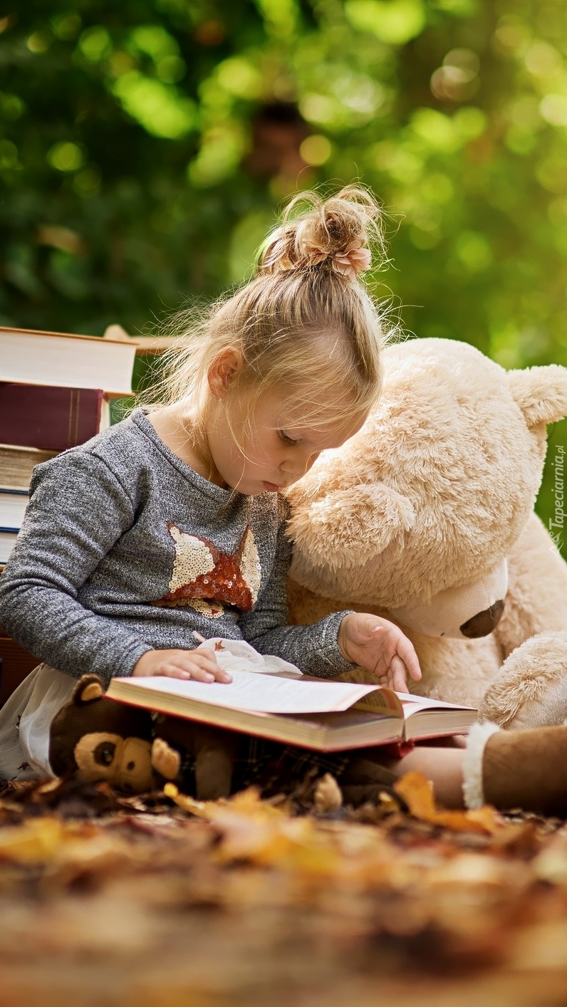 Dziewczynka z książką i misiem