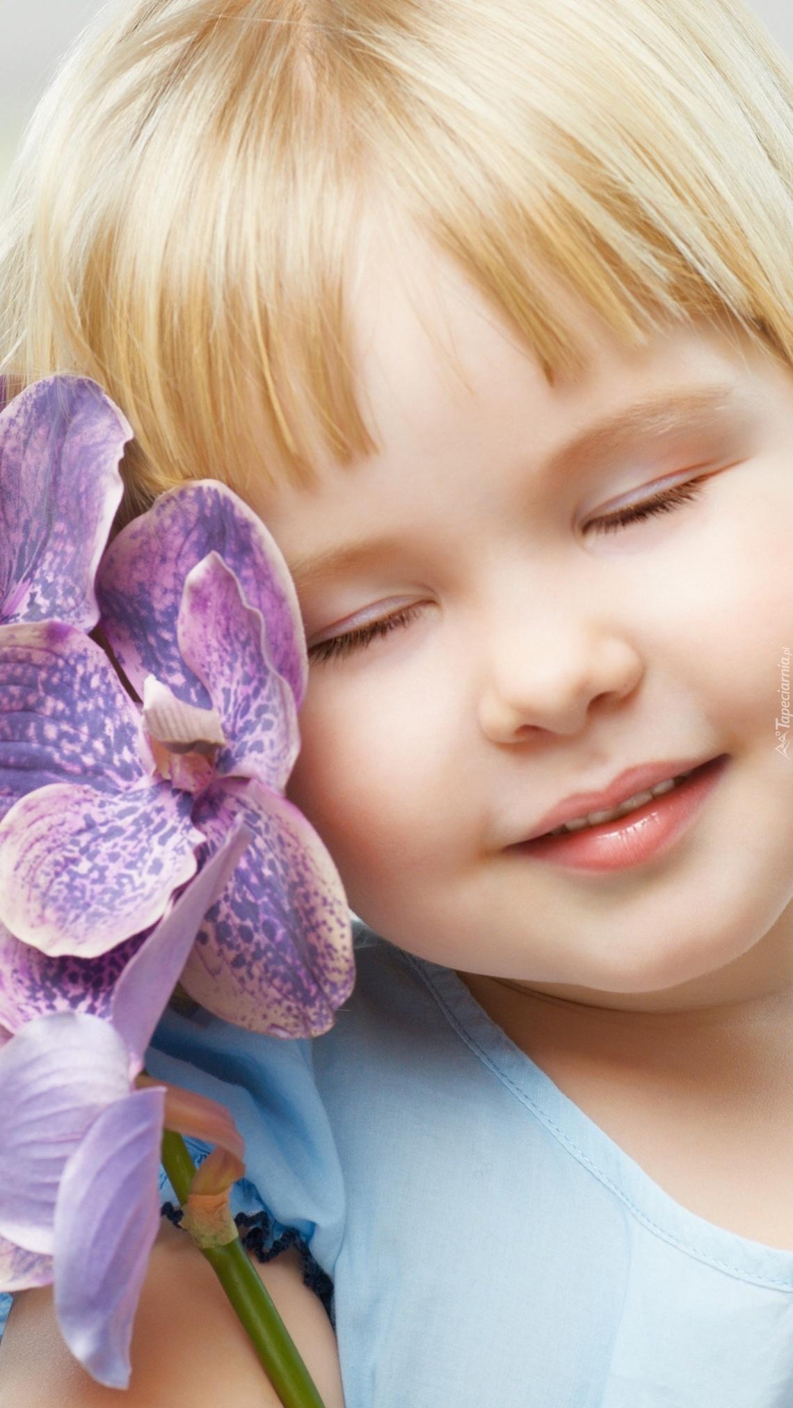 Dziewczynka z kwiatem storczyka