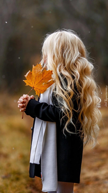 Dziewczynka z liściem