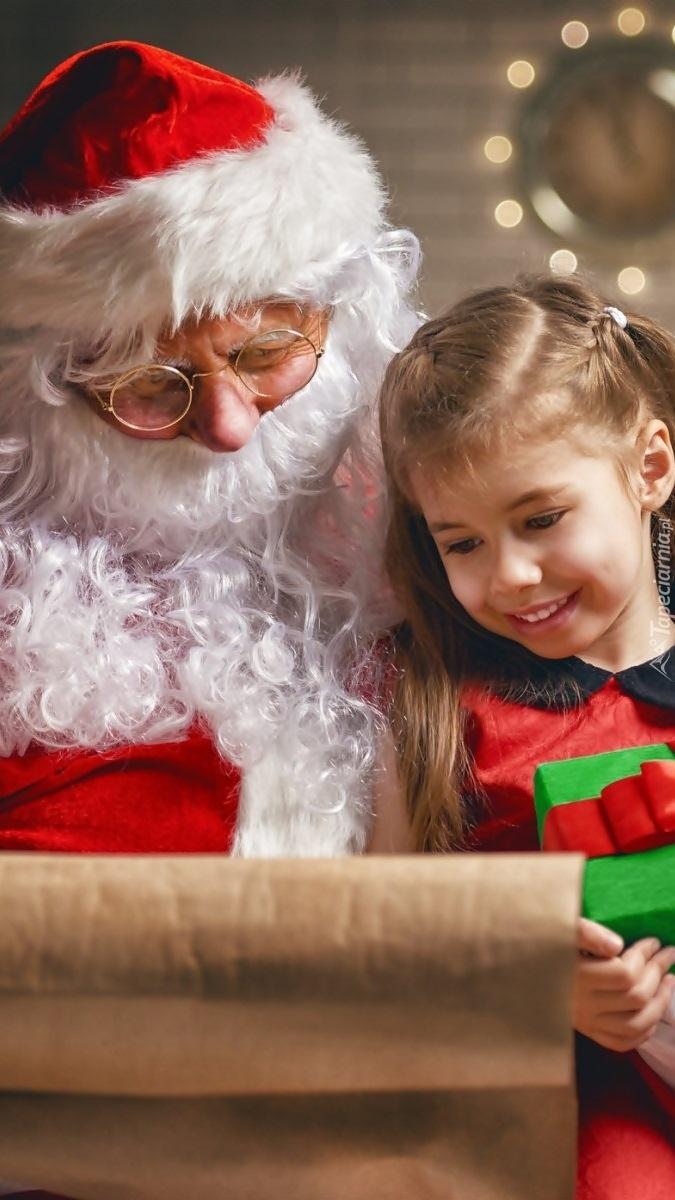 Dziewczynka z Mikołajem czytająca list
