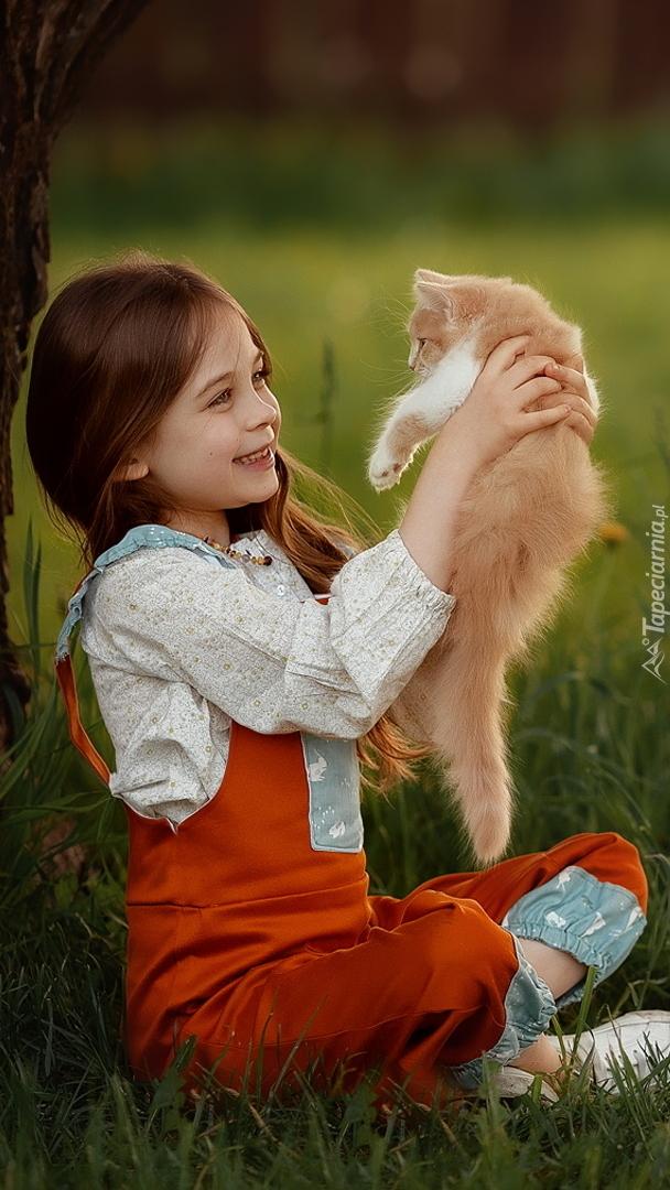 Dziewczynka z rudym kotkiem