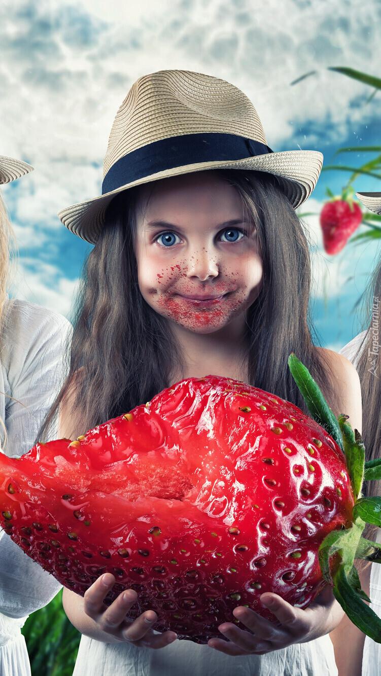 Dziewczynka z wielką truskawką