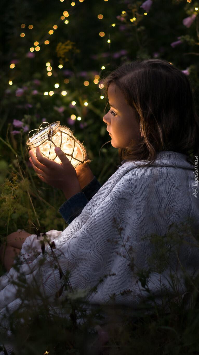 Dziewczynka z zapalonym lampionem