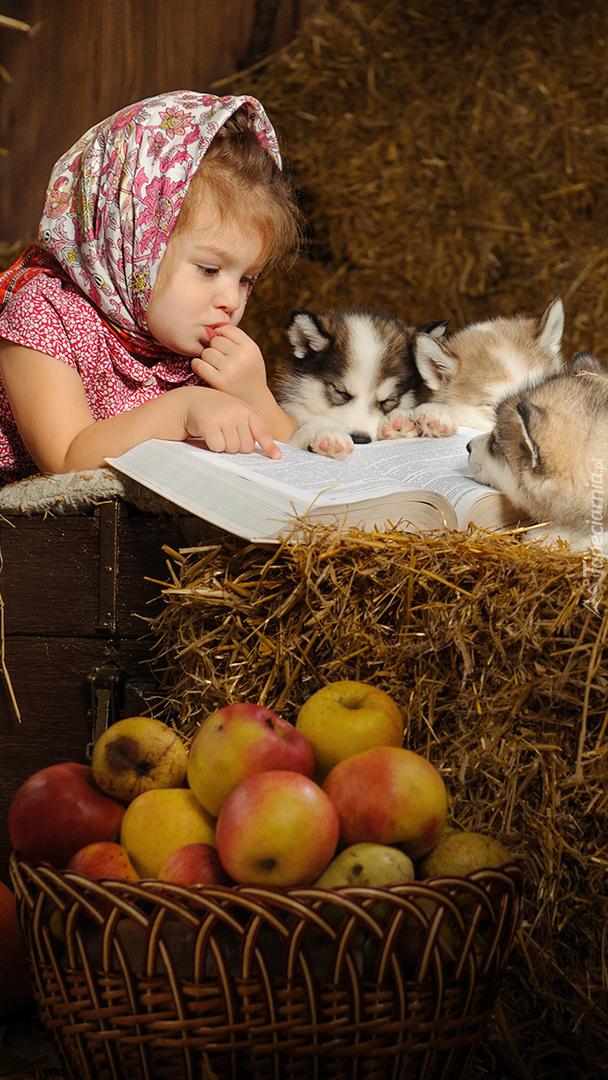 Dziewczynka ze szczeniakami