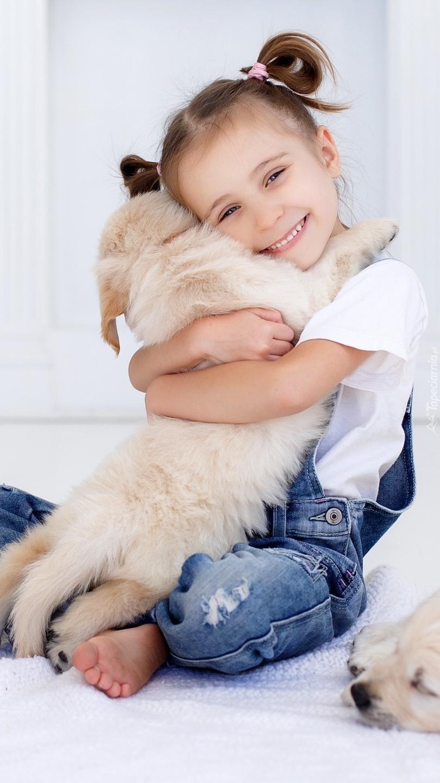 Dziewczynka ze szczeniakiem