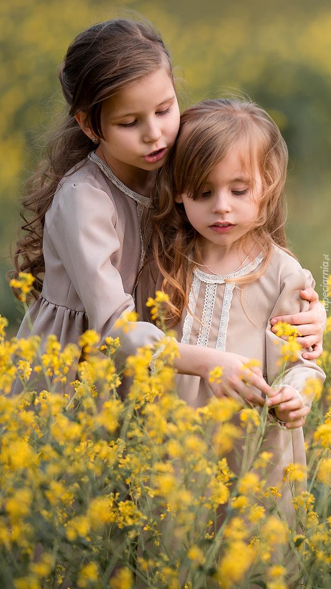 Dziewczynki na polu rzepaku