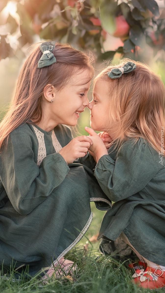 Dziewczynki w zielonych sukienkach