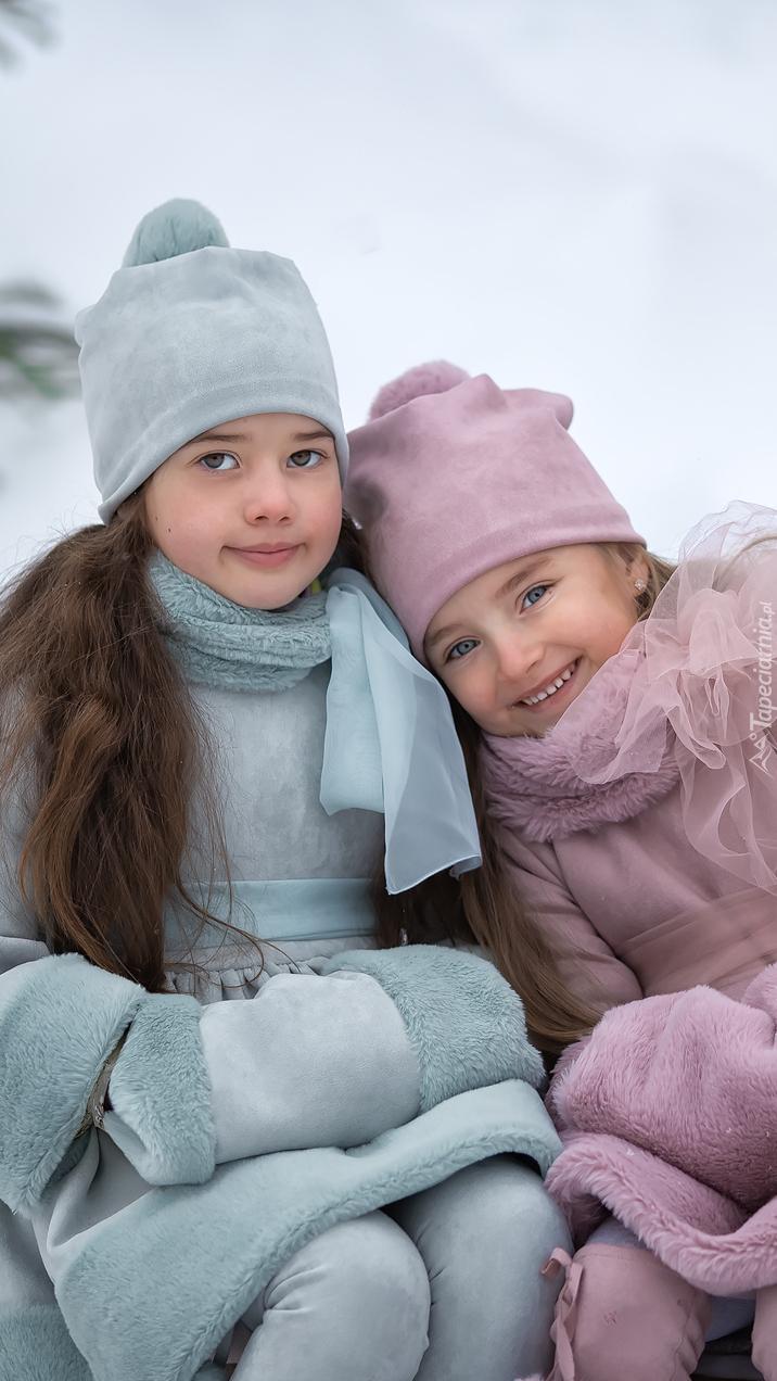Dziewczynki w zimowym ubraniu