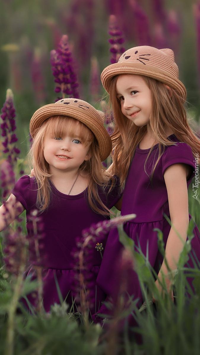 Dziewczynki wśród łubinów