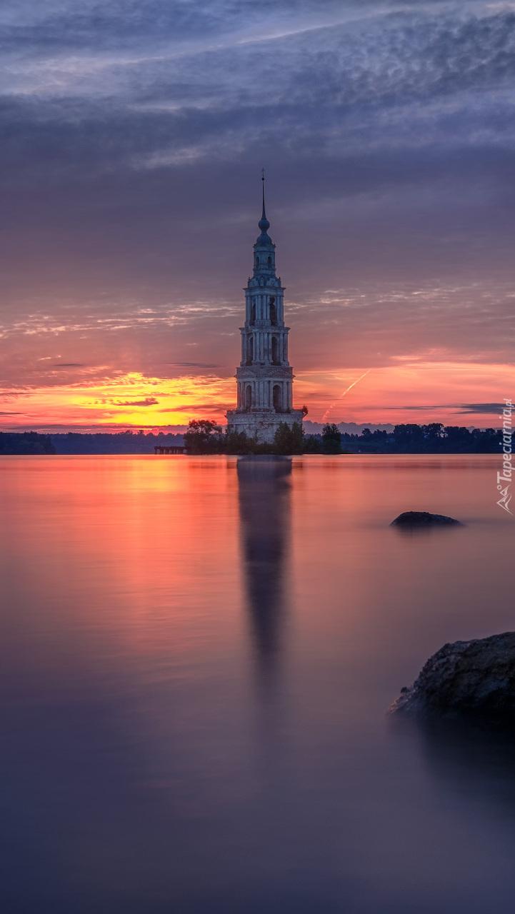 Dzwonnica nad jeziorem