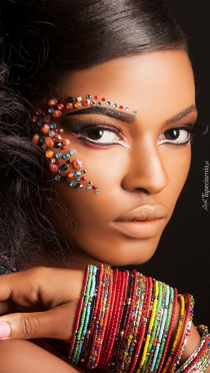 Egzotyczna piękność z kolorowymi bransoletami
