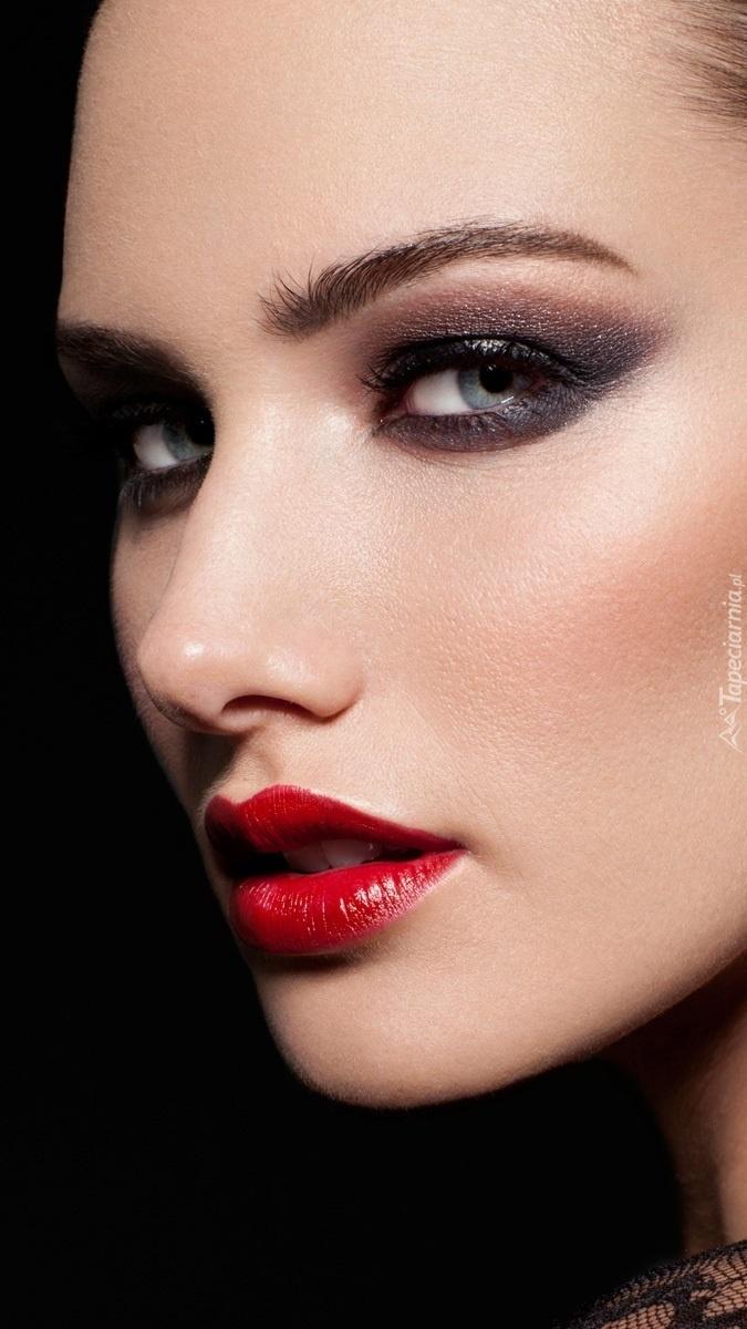 Emily Doyle w makijażu