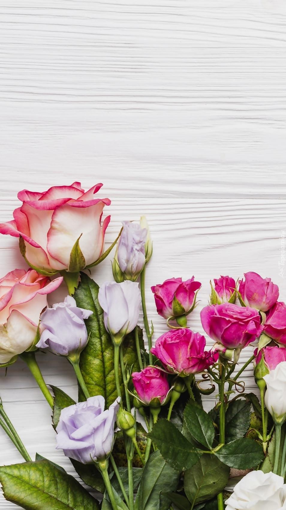 Eustoma i róże na deskach