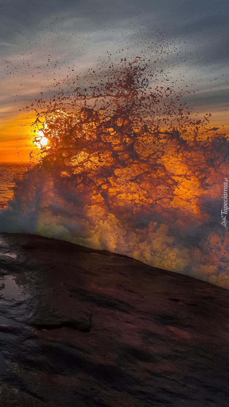 Fale morskie o zachodzie słońca