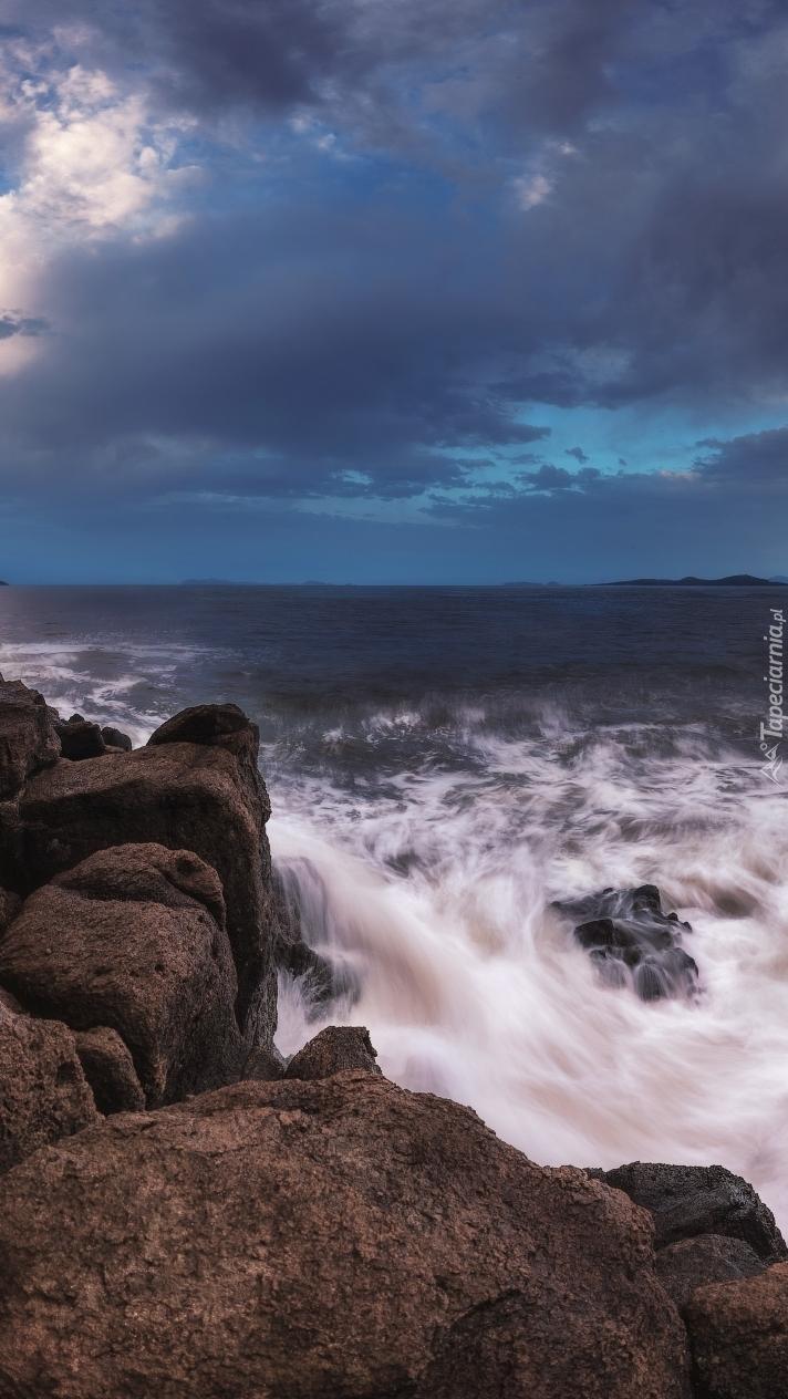 Fale morza Japońskiego uderzające o skały
