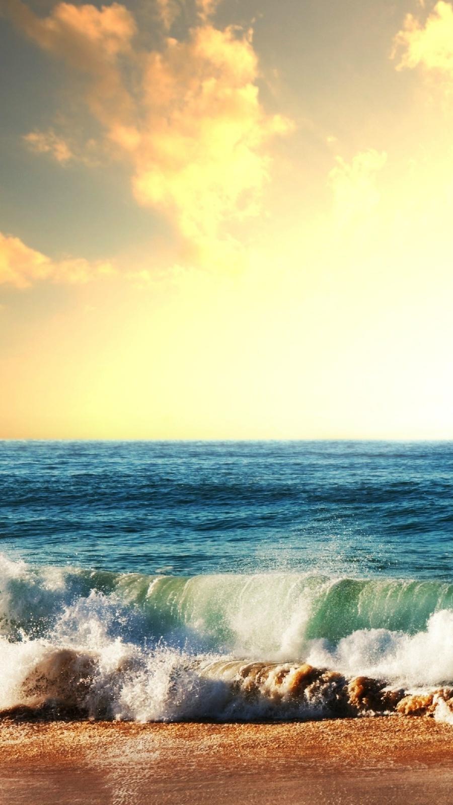 Fale na morskiej plaży