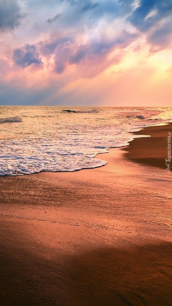 Fale nad brzegiem morza
