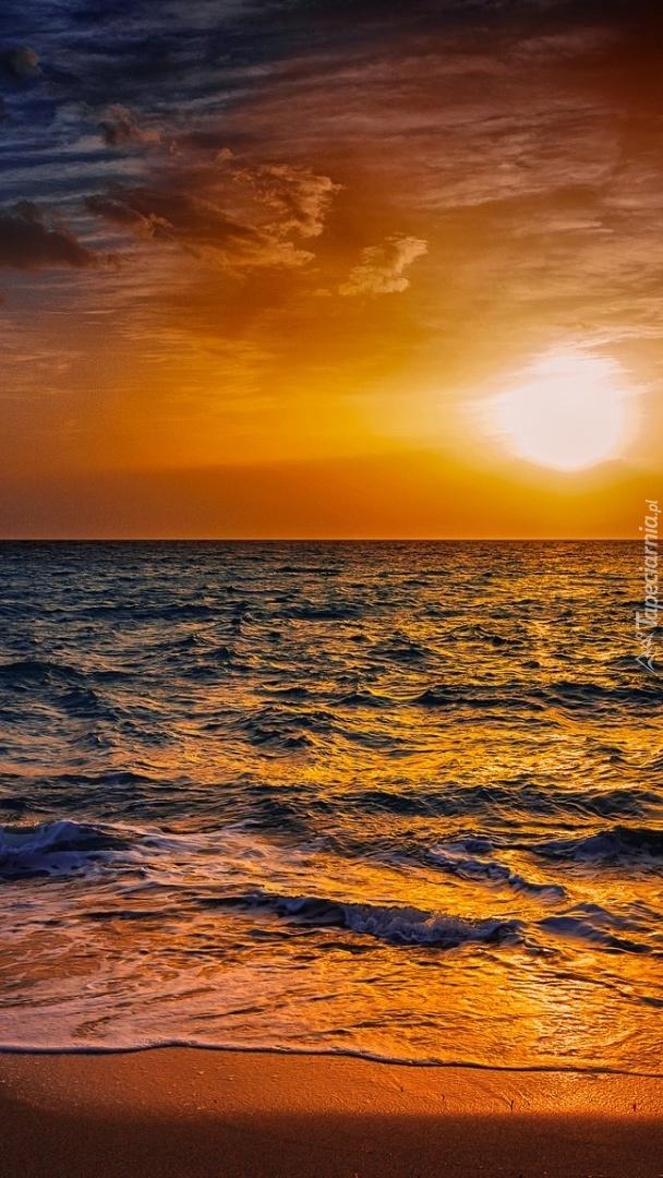 Fale o zachodzie słońca