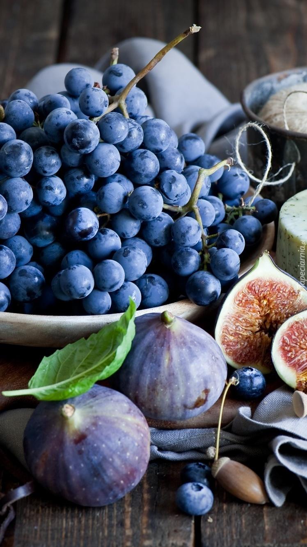 Figi obok kiści winogron