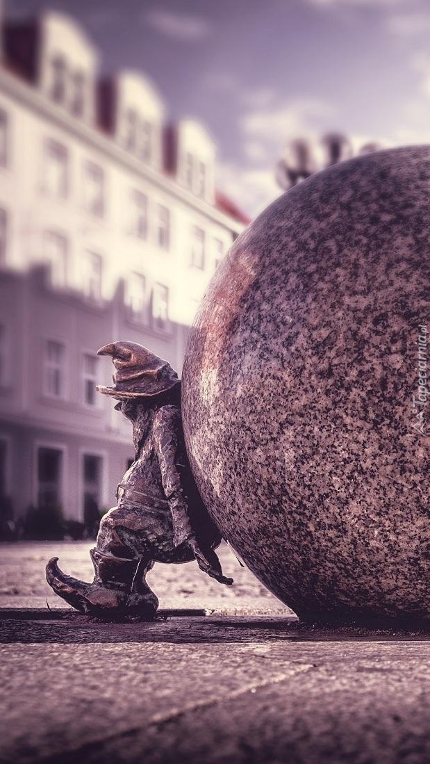 Figurka krasnala z ogromną kulą