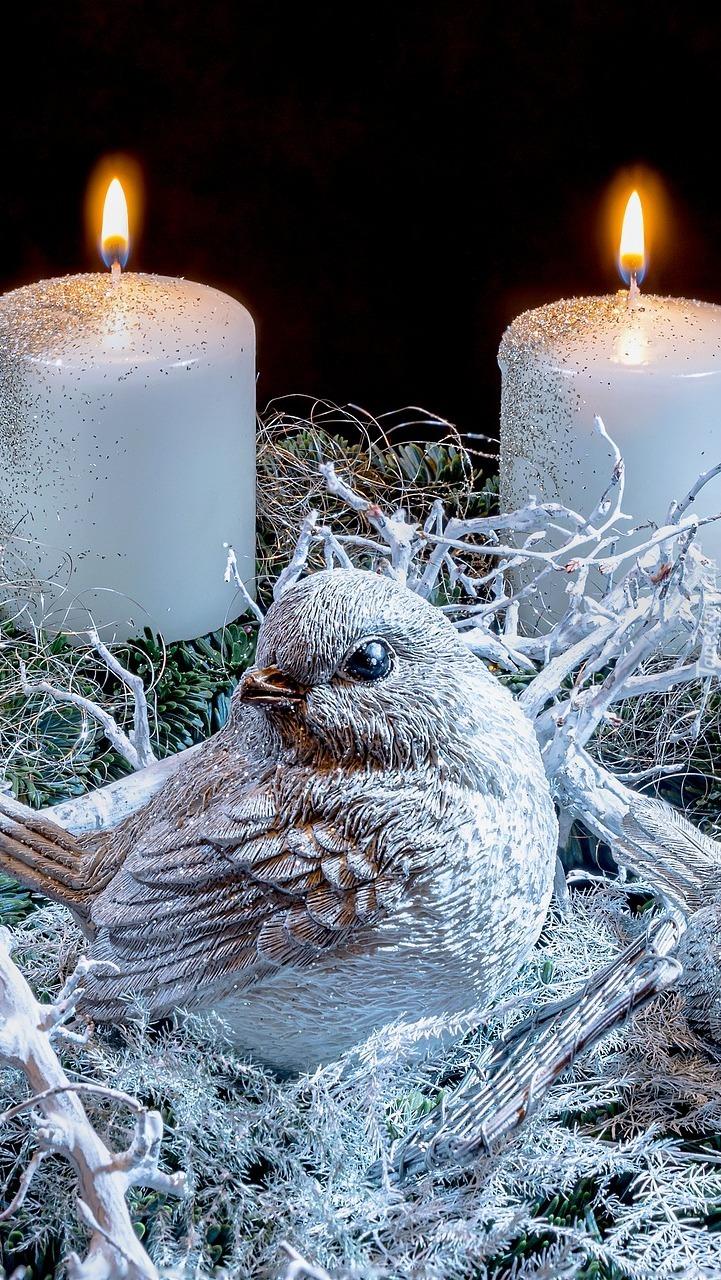 Figurka ptaszka przy zapalonych świecach