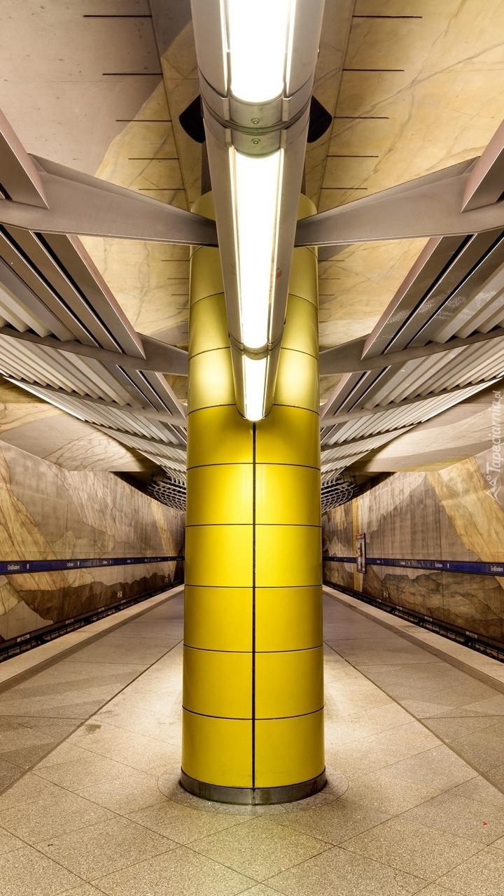 Filar na peronie stacji metra