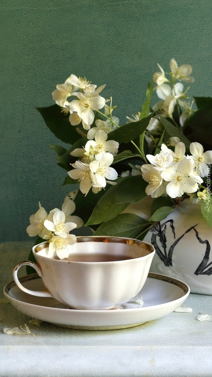 Filiżanka herbaty i bukiet jaśminu