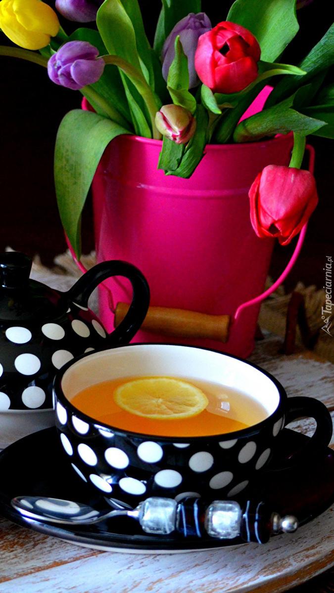 Filiżanka herbaty i tulipany