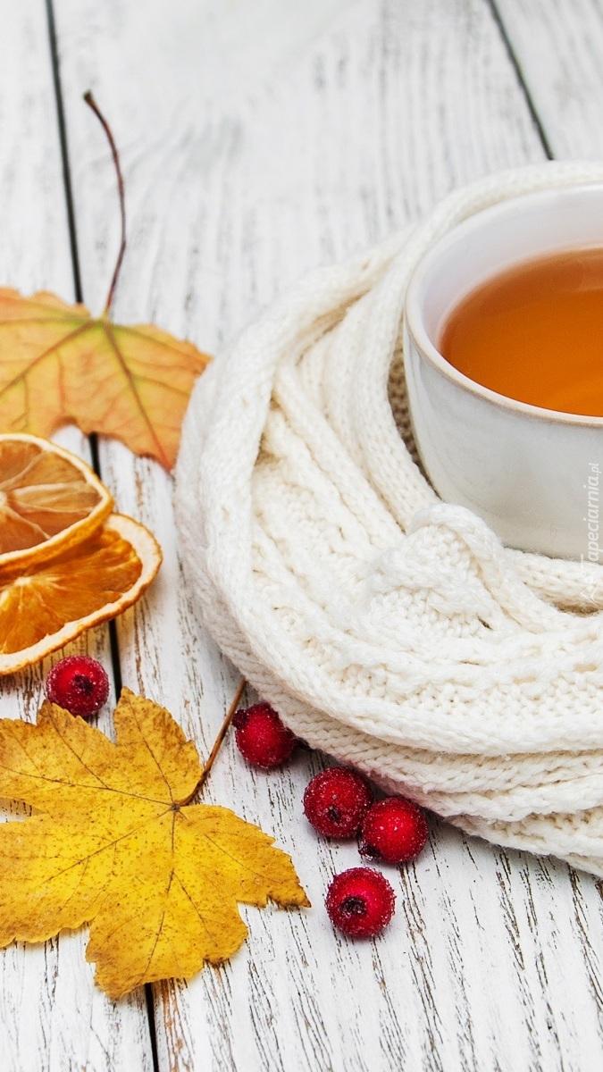 Filiżanka herbaty owinięta szalem