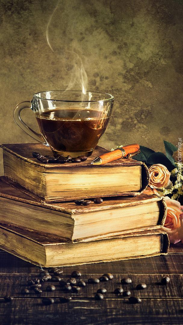 Filiżanka kawy na książkach