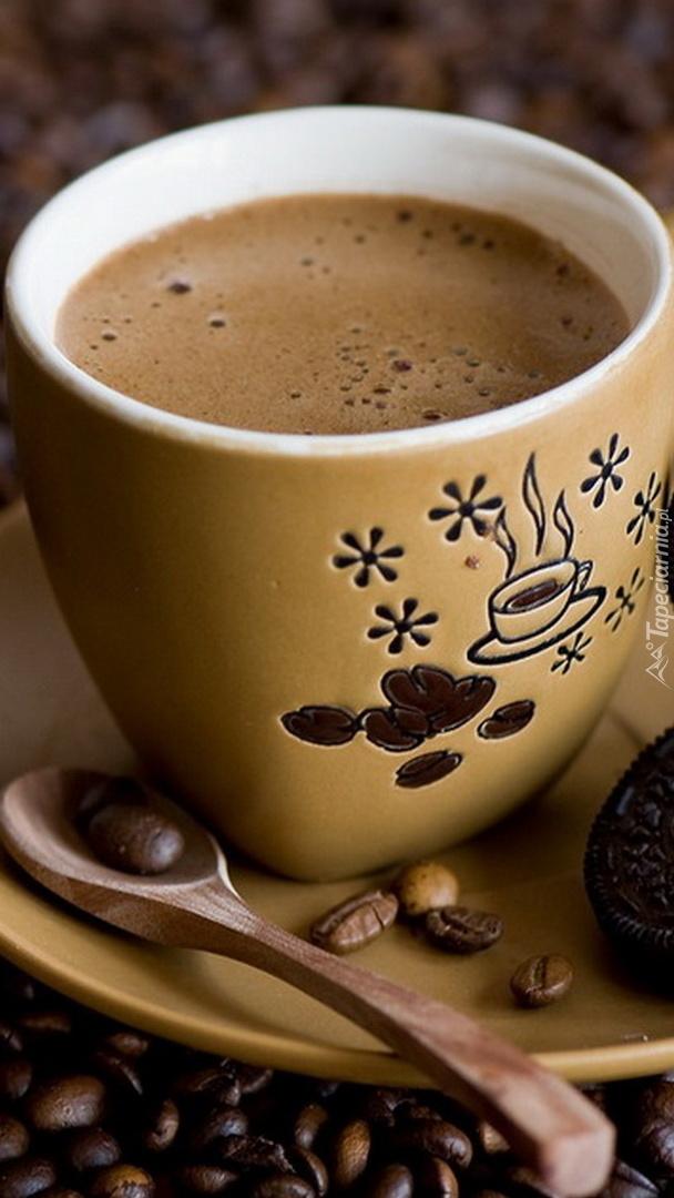 Filiżanka kawy na talerzyku z łyżeczką