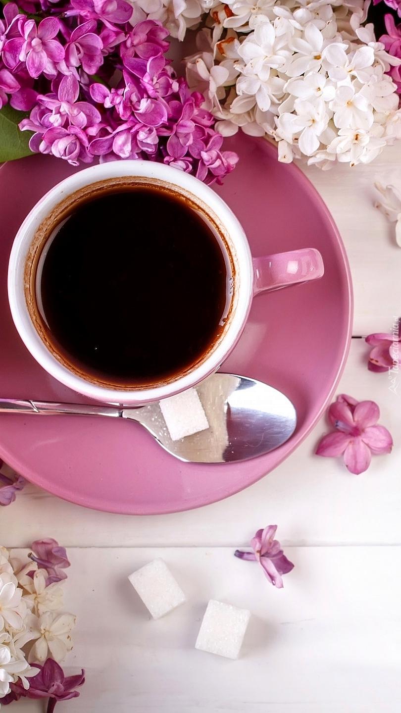 Filiżanka kawy obok bzu